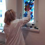Margit Schmitz, Richterswil, benutzt das Fenster vor Ort als Leinwand…