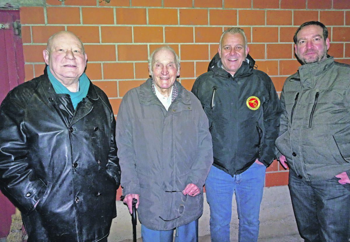 Ehrengast Othmar Strasser (links) gebührte die Ehre des ersten Schusses aus der Zunftkanone – unter Anleitung von Zünfter Christian Landis (2. v.r.).